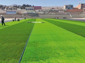 """El estadio """"Potosí"""" empieza a cambiar de imagen con el colocado del césped sintético"""