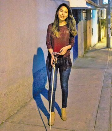 Boliviana crea un bastón para orientar a invidentes
