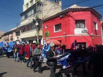 Marchas de militantes del MAS recorren las calles rumbo al acto de campaña