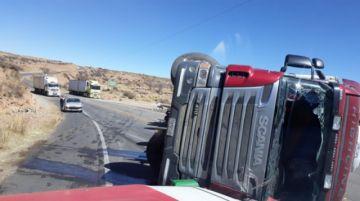 Supuesto exceso de velocidad ocasiona accidente de camión