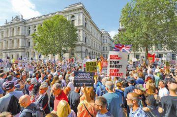 Miles de británicos claman contra la clausura del Parlamento