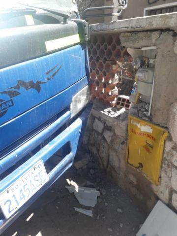 Vehículo sin chofer se desliza y choca contra una casa