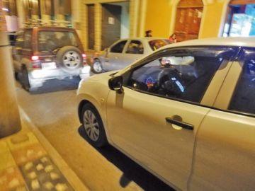 Chofer de un taxi usa celular mientras conduce