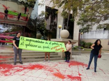 Arrojan pintura a la Cainco y la responsabilizan por el fuego en la Chiquitania