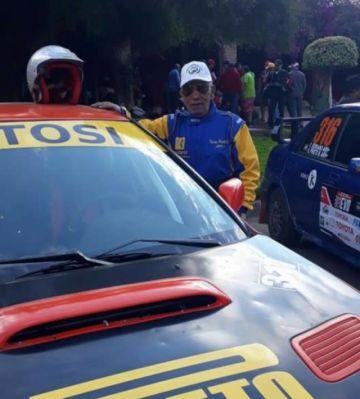 El piloto potosino Kenny Prieto corre a sus 83 años