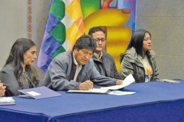 Evo Morales promulga la Ley del Cáncer y reclama falta de apoyo