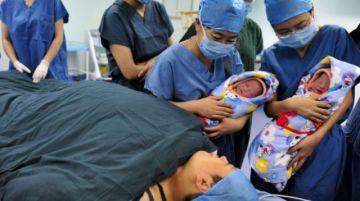 En la India, mujer da a luz a gemelas