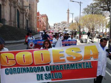 Médicos salen a las calles a protestar con estribillos contra el Gobierno