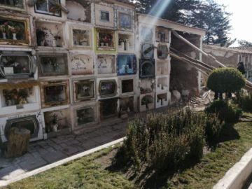 Sacan ataúdes de pabellón en riesgo en el Cementerio