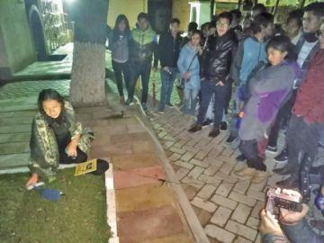 Con truenos el cementerio recibió a los visitantes en la noche de crónicas
