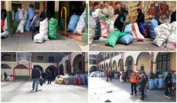 Escolares juntan latas y botellas para su reciclaje