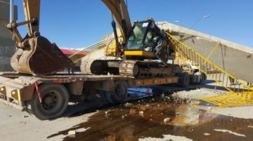 Oruro: una pasarela cayó sobre un camión que transportaba un tractor