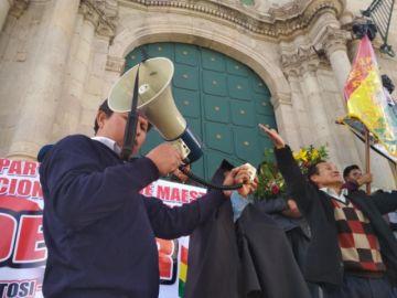 Vea las protestas por las muertes de dos maestros