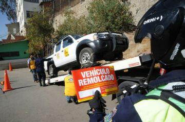 Grúa policial levanta autos estacionados en las aceras