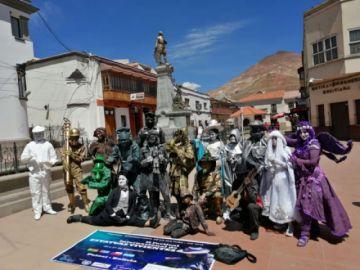 Población se despidió de artistas que se mostraron como estatuas humanas