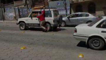 """Video: Se cuelga del auto en busca de un """"arreglo"""" con el que le chocó"""