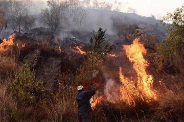 El incendio forestal permanece en el Parque Nacional Tunari