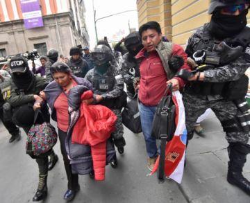 Policía echa por la fuerza a líder cívico potosino que pretendía instalar piquete