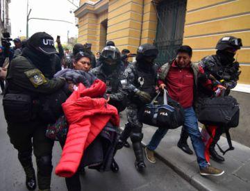 Policía saca de plaza Murillo a cívicos que iniciaban huelga