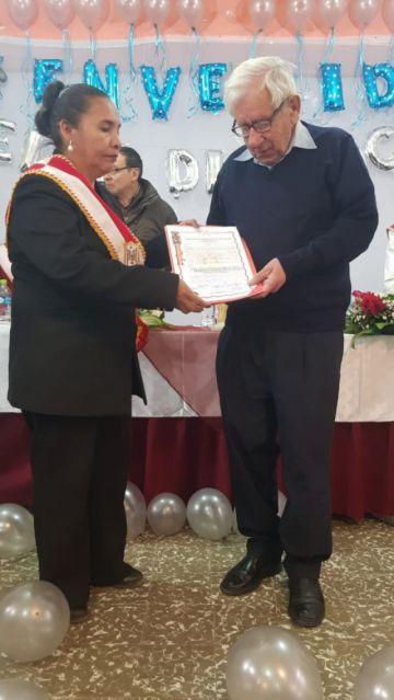 """El """"padre Paco"""" recibió una distinción en 88 aniversario"""