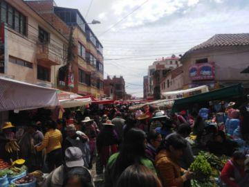 Gente acude a los mercados antes del inicio de las medidas de Comcipo