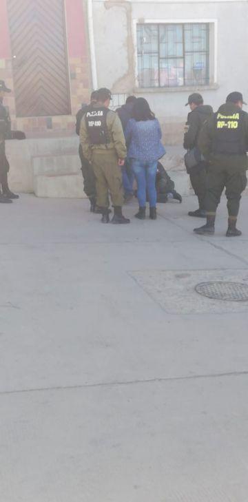 Policía auxilia a una persona que estaba en plena vía pública