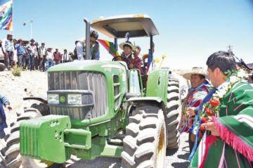 Evo entrega tractores y títulos ejecutoriales en Cantumarca