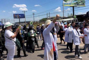 Gobierno: se obliga a galenos a participar de las protestas
