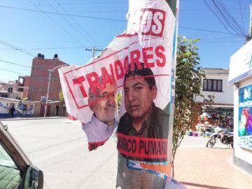 Empapelan postes con afiches contra Carlos Mesa y Marco Pumari