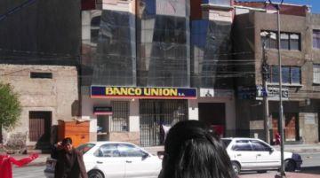 Bloqueadores colocan una bandera en un banco