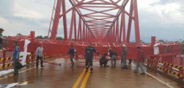 Vientos provocan caída de una pasarela de fierro sobre un nuevo puente