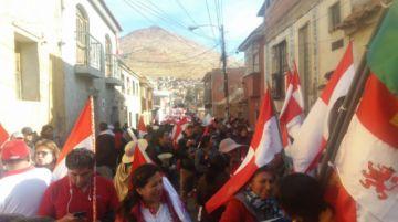Con la bandera rojo y blanco, parte marcha convocada por Comcipo