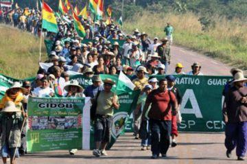 Marcha indígena fue recibida con aplausos en Santa Cruz
