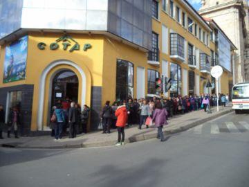 Largas filas se registran para el pago de facturas de COTAP