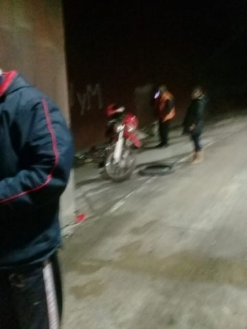Dos personas resultan heridas tras estrellarse contra un muro