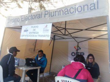 Población hace filas para recoger certificados de impedimiento