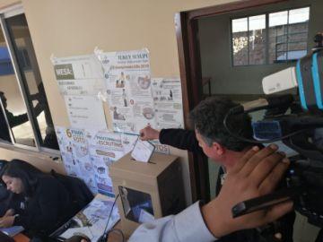 Recintos ya reciben el voto de autoridades y candidatos