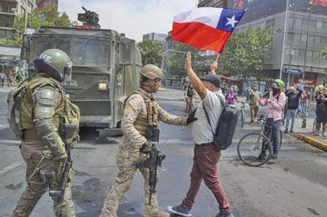 Ejército dicta toque de queda  por disturbios en Santiago de Chile