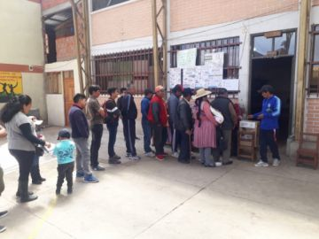 La ciudadanía acude a los recintos de votación