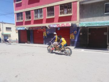 Los payasitos sortean los bloqueos con su doble bici para ir a alegrar a los niños