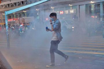 El gas lacrimógeno vuelve a las calles de Hong Kong