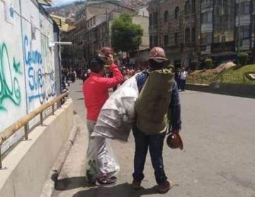 Mineros disfrazados marchan a favor de Evo en La Paz