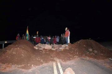 Campesinos afines al MAS cierran  caminos troncales hacia Potosí