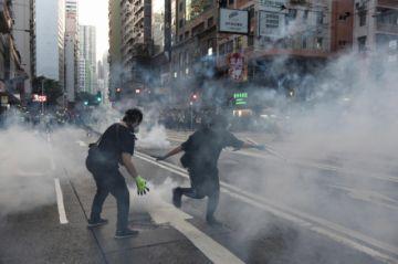 La Policía en Hong Kong se enfrenta a manifestantes