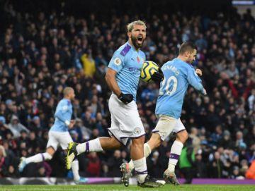 Manchester City remonta para seguir a seis del líder