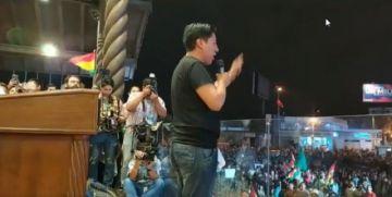 Pumari habla frente a una multitud en Santa Cruz