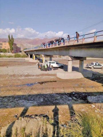 Buscan al hombre que lanzó a un periodista desde un puente