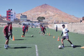 Mansilla fortalece la parte física y el trato del balón en las reservas de la banda roja