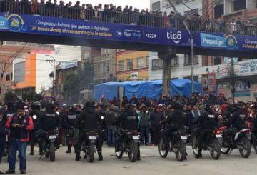 Camacho intenta nuevamente entregar carta de renuncia a Evo Morales