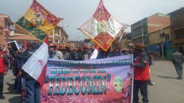 Cooperativistas mineros salen a las calles de la Villa Imperial